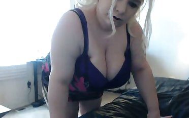 I bet this BBW's fat ass shakes the house concerning and this slut loves attention