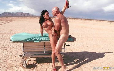 Outdoors fucking in the desert doubtful remainders with a facial for Rachel Starr